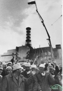 Likvidátoři oslavují dokončení sarkofágu. Foto: chnpp.gov.ua