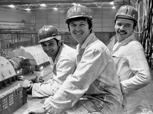 Tři pracovníci elektrárny, kteří se vydali do suterénu pod reaktorem, otevřeli ventily a umožnili vyčerpat vodu z nádrže pod zničenou aktivní zónou (zdroj internet)