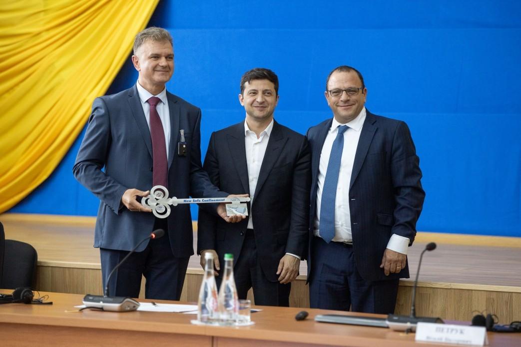 Oficiální předání nového sarkofágu Evropskou bankou pro obnovu a rozvoj a firmou Novarka ukrajinským představitelům (zdroj Černobylská jaderná elektrárna)