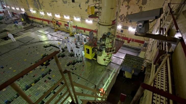 """V rámci vyřazování odstavených nepoškozených bloků se z aktivní zóny prvního bloku začaly odstraňovat """"tepelné"""" kanály (zdroj Černobylská jaderná elektrárna)"""