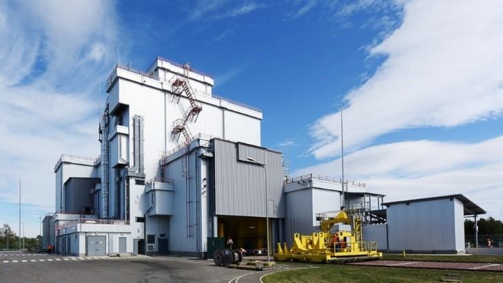 Zařízení pro úpravu a ukládání palivových souborů zbloků RBMK do kontejneru, které je součástí přechodného meziskladu pro tyto palivové soubory (zdroj Černobylská jaderná elektrárna)