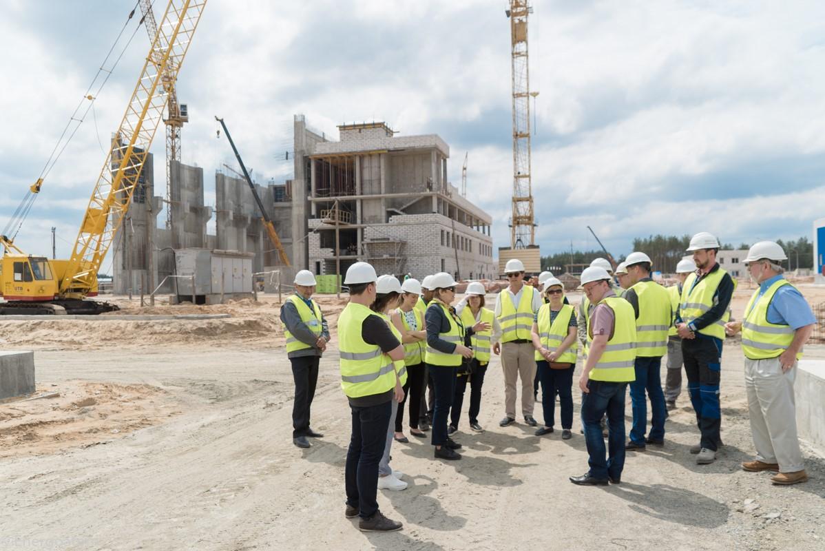 Výstavba druhého suchého meziskladu už také velmi pokročila. Fotografie znávštěvy zahraničních podnikatelů ukazuje stav začátkem června (zdroj Energoatom)